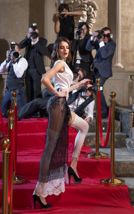 Red carpet, photographers take pictures of the actress.